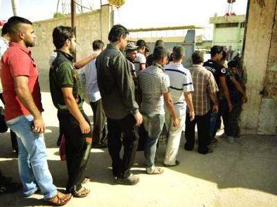 کربلا: عراقی باشندے شدت پسندوں کے خلاف رضا کارانہ طور پر لڑنے کیلئے اپنا نام لکھوانے کیلئے قطار میں کھڑے ہیں