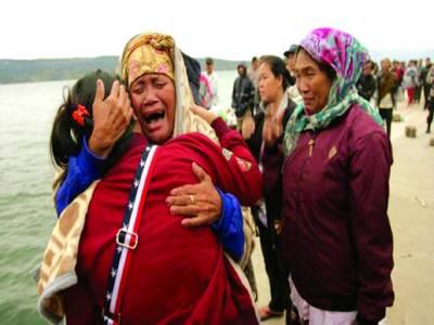 سماٹرا: انڈونیشیا کی جھیل میں مسافر کشتی الٹنے سے ہلاک افراد کے عزیز رو رہے ہیں
