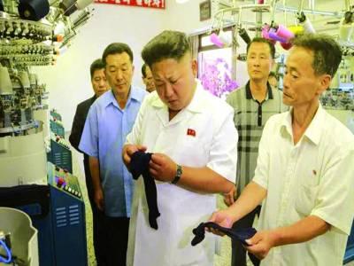 پیانگ یانگ: شمالی کورین رہنما ایک فیکٹری میں تیار کی گئی اشیاء کا معائنہ کر رہے ہیں