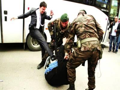 میڈرڈ: سکیورٹی اہلکار حکومت کے خلاف احتجاج کرنے والے شخص کو پیٹ رہے ہیں