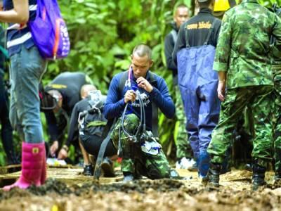 بنکاک: تھائی لینڈ میں غارمیں پھنسے نوجوان فٹبالرز کو نکالنے کیلئے فوجی اہلکار تیاریاں کررہے ہیں