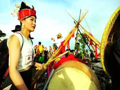جیانے: چین کے علاقے کیو میں مقامی تہوار کے موقع پر ایک خاتون ڈھول بجا رہی ہے