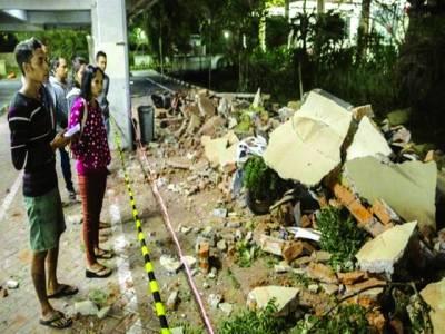 جکارتہ: انڈونیشیا کے جزیرے لومبوک میں لوگ زلزلے سے تباہ ہونے والے گھروں کو دیکھ رہے ہیں
