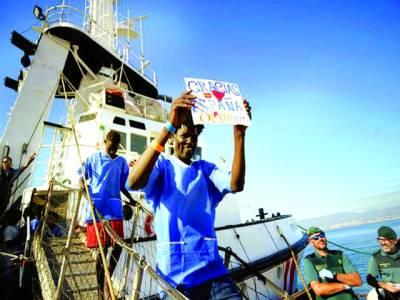 میڈرڈ: سپین کی بحریہ نے سمندر میں پھنسنے والے پناہ گزینوں کو بچالیا، پناہ گزین ساحل پر اتر رہے ہیں