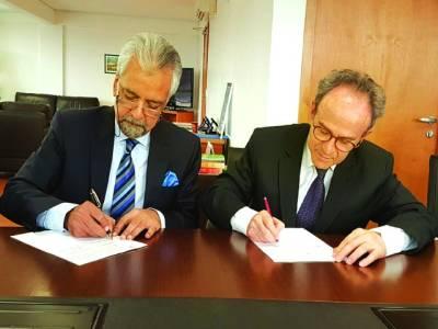 نجم الثا قب اور ہیڈ آف برازیلین کارپوریشن ایجنسی(اے بی سی) سفیر جاؤ المینو یادداشت پر دستخط کر رہے ہیں