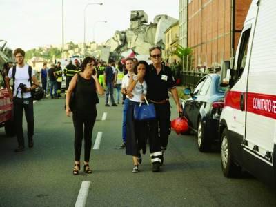 اٹلی میں پل حادثے میں جاں بحق ہونے والوں کے لواحقین رو رہے ہیں