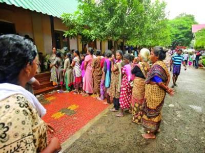 نئی دہلی: بھارتی ریاست کیرالا میں سیلاب کے باعث بے گھر ہونے والے خواتین امداد حاصل کرنے کے لئے کیمپ میں کھڑی ہیں