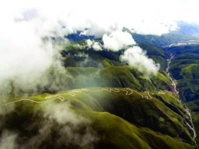 بیجنگ: شمالی مشرقی چین میں 3 ہزار میٹر بلندی پر بنائی گئی چالیس کلو میٹر لمبی شنگ نان ہائی وے کا خوبصورت منظر