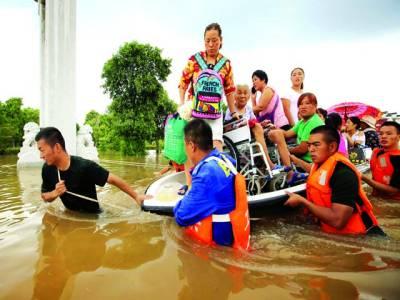 بیجنگ: مشرقی چین میں انہوئی صوبے شوبہ سیلاب کے باعث امدادی اہلکار لوگوں کو محفوظ مقام پر پہنچا رہے ہیں