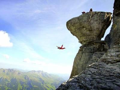 پیرس: ایک ہوا باز پہاڑی سے نیچے جا رہا ہے