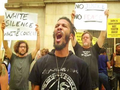 بالٹی مور: مظاہرین عدالت کے باہر نعرے بازی کر رہے ہیں