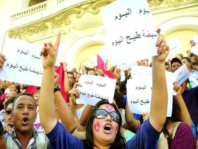 تیونیسہ: پوزیشن جماعت کے اراکین پوسٹرز اٹھائے حکومت کے خلاف احتجاج میں شریک ہیں