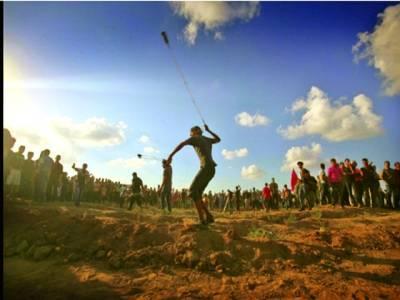 غزہ سٹی: فلسطینی مظاہرین غلیل کے ذریعے اسرائیلی فوجیوں پر پتھر پھینک رہے ہیں