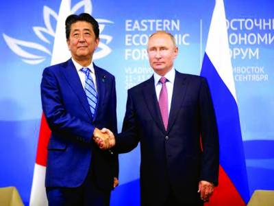 ماسکو : جاپانی وزیراعظم شینزو ریلے روسی صدر ولادی میرپیوٹن سے مصافحہ کر رہے ہیں