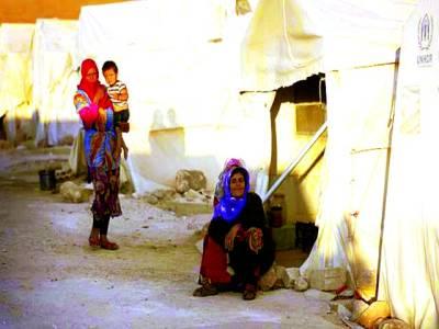 دمشق : شام کے شہر ادبر سے نقل مکانی کرنے والے شہری ایک پناہ گزین کیمپ میں بیٹھے ہیں