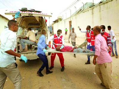 صومالیہ میں خودکش حملے میں زخمی ہونے والوں کو ہسپتال منتقل کیا جا رہا ہے