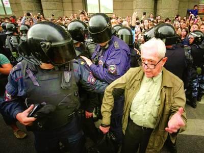 ماسکو : روس میں پنشن کے لئے قوانین کے خلاف احتجاج کرنے والوں کو پولیس گرفتار کر رہی ہے