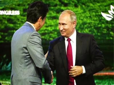 ماسکو: صدر ولادی میر پوٹن جاپانی وزیر اعظم سے ہاتھ ملا رہے ہیں