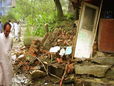 سری نگر: بھارتی فوج کی طرف سے تباہ کیے جانے والے گھر کو کشمیری دیکھ رہے ہیں