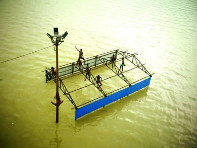 نئی دہلی: بھارت میں شدید سیلاب کے باعث پانی میں بہہ کر آنے والے ایک بیت الخلا پر بچے کھیل رہے ہیں