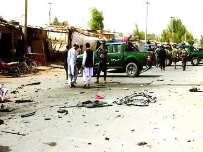 لشکر گاہ: افغان سیکیورٹی فورسز کے اہلکار بم دھماکے کی جگہ کا معائنہ کررہے ہیں