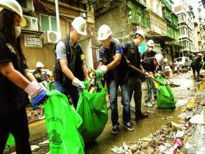 میکاؤسٹی: میکاؤ میں شدید طوفان کے ریسکیو اہلکار صفائی کے کام میں مصروف ہیں