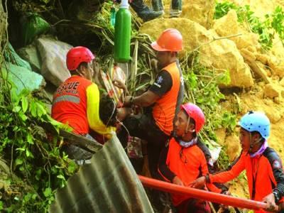 منیلا : فلپائن میں لینڈ سلائیڈنگ کے باعث مٹی کے نیچے آنے والے گھروں سے لوگوں کو نکالنے کیلئے ریسکیو آپریشن جاری ہے