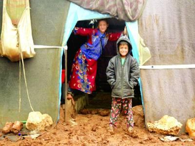 دمشق: شامی پناہ گزین کے ایک کیمپ میں دو بچے فوٹو گرافروں کو دیکھ کر خصوصی پوز بنا رہے ہیں