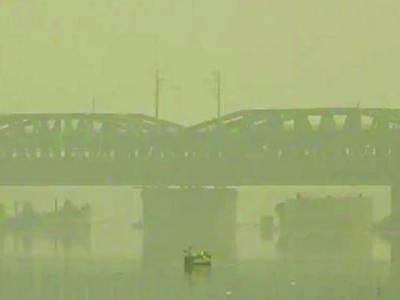 نئی دہلی: بھارتی دارالحکومت میں شدید سموگ کے باعث ہر چیز دھندلی نظر آرہی ہے