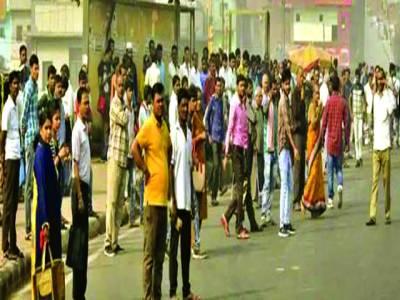 نئی دہلی: دہلی ٹرانسپورٹ کارپوریشن کے ورکروں کی طرف سے ہڑتال کے باعث ایک بس سٹاف پر رش کا منظر