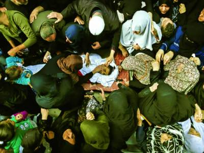 غزہ سٹی: اسرائیلی فوجیوں کی فائرنگ سے شہید ہونے والے فلسطینی نوجوان کی لاش پر فلسطینی عورتیں اور نوجوان رو رہے ہیں