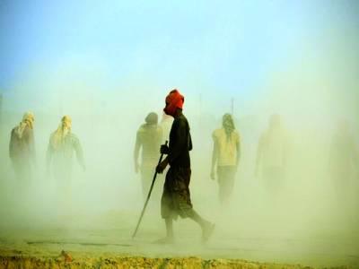 الہ آباد:بھارت میں کمب کا میلہ شروع ہونے سے پہلے مزدور ہنگامی طور پر سڑک بنانے میں مصروف ہیں