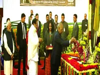 نئی دہلی:بھارتی صدر رام ناتھ، نائب صدر نائیڈو اور وزیر اعظم نریندر مودی بی آر امبید کرکی سمادھی پر پھول چڑھا رہے ہیں