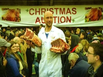لندن: : کرسمس کے موقع پر ایک شخص گوشت سستے داموں فروخت کر رہا ہے