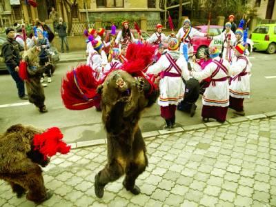 بخارسٹ: کرسمس کے حوالے سے تقریب میں لوگ جشن منا رہے ہیں