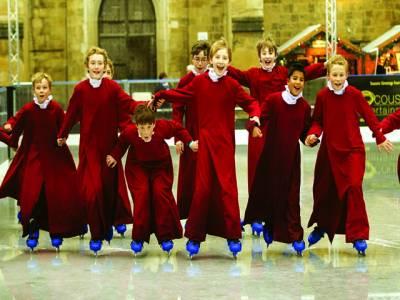 برلن :بچے سانتا کلاز کا لباس پہنے خوشی کا اظہار کر رہے ہیں