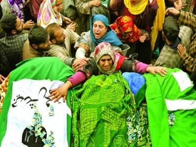 سرینگر:بھارتی فوجیوں کے ہاتھوں شہید ہونے والے کشمیری نوجوان کی رشتہ دار خواتین اس کی میت سے لپٹی ہوئی ہیں