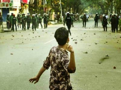 ڈھاکہ:بنگلہ دیش میں ہڑتال کے موقعے پر ایک نوجوان پولیس پر پتھر پھینک رہا ہے