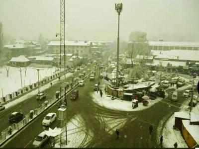 سری نگر: مقبوضہ کشمیر ان دنوں شدید برف باری کی لپیٹ میں ہے سری نگر چوک میں بھی عمارتوں پر پڑی برف نظر آرہی ہے۔