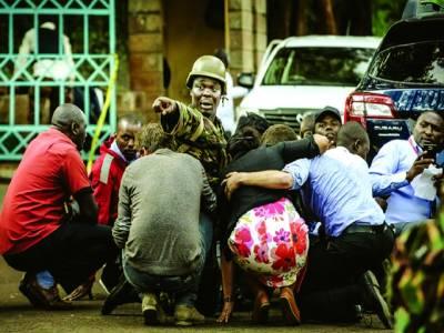 نیروبی: کینیا میں ایک اہلکارلوگوں کو دہشت گردوں کی فائرنگ سے بچانے کی کوشش کر رہا ہے۔