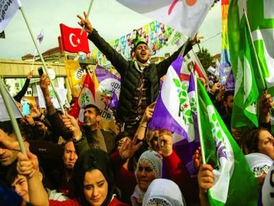 استنبول: کردستانی پارٹی کے حامی احتجاجی مظاہرے کے دوران نعرے بازی کر رہے ہیں