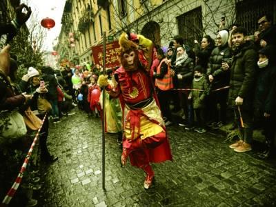 اٹلی کے شہر میلاان میں چین کے نئے سال کے جشن کی تقریب ایک شخص روایتی ڈانس کر رہا ہے۔