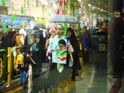 تہران: ایرانی انقلاب کی چالیسویں سالگرہ کے موقع پر خواتین آیت اللہ خمینی کی تصاویر اٹھائے ہوئے ہیں۔