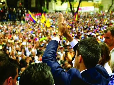کراکس: وینزویلا کے اپوزیشن لیڈر اور خود ساختہ صدر خوان گوائیڈو لوگوں کے نعروں کا جواب دے رہے ہیں۔