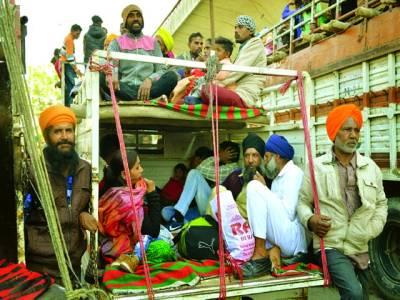 امرتسر : بھارتی صوبے پنجاب میں سکھ خاندان ٹر ک میں بیٹھ کر مذہبی تقریب میں شرکت کے لئے جا رہا ہے
