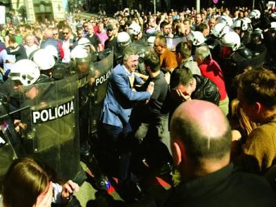 بلغراد : بلغاریہ میں دائیں بازو کی پارٹی کے راہنما اور کارکن سربین صدر کے خلاف احتجاج کے دوران پولیس سے گتھم گتھا ہیں