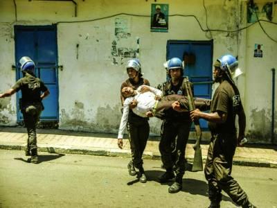 حورونی میں اپوزیشن کے احتجاج کے دوران زخمی ہونے والے پولیس اہلکار کو فوجی ہسپتال لے جا رہے ہیں