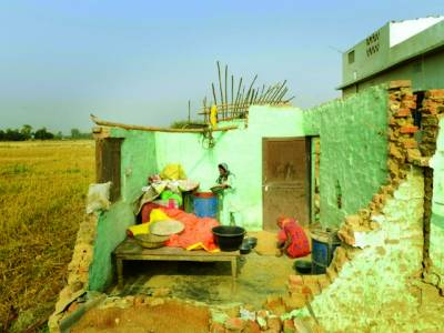 کٹھمنڈو:نیپال میں ایک خاتون سیلاب سے تباہ ہونے والے اپنے گھر میں بچ جانے والا سامان اکٹھا کر رہا ہے