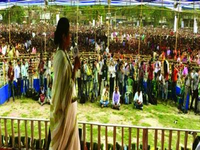 نئی دہلی:مغربی بنگال کی وزیر اعلیٰ ممتا بنرجی انتخابی جلسے سے خطاب کر رہی ہیں