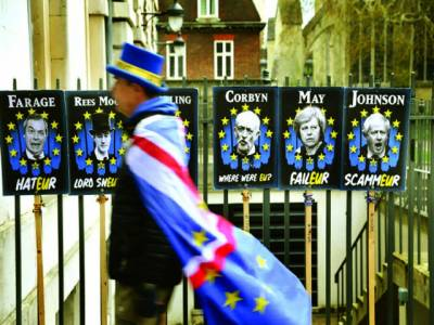 لندن:بریگزٹ کے خلاف مہم چلانے والا سٹیو بیرے وسطی لندن میں برطانوی سیاستدان کی تصاویر کے پاس سے گزر رہا ہے
